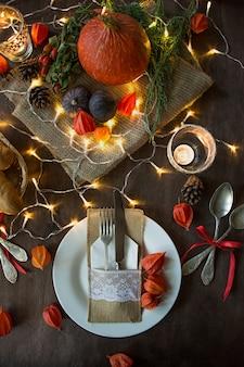 Cena de acción de gracias. cena de halloween mesa festiva con pollo y guarniciones.