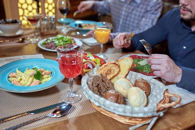 Cena con amigos de la familia servida en un restaurante.