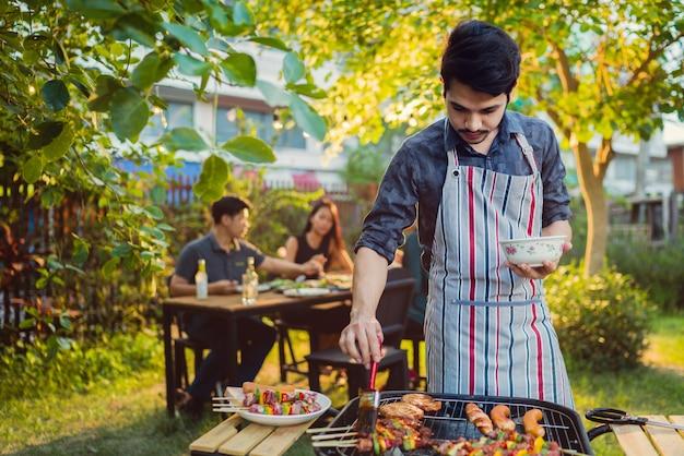 Cena, barbacoa y cerdo asado en la noche