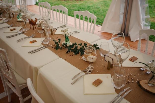 Cena de catering al aire libre en la boda con decoración de guarniciones caseras