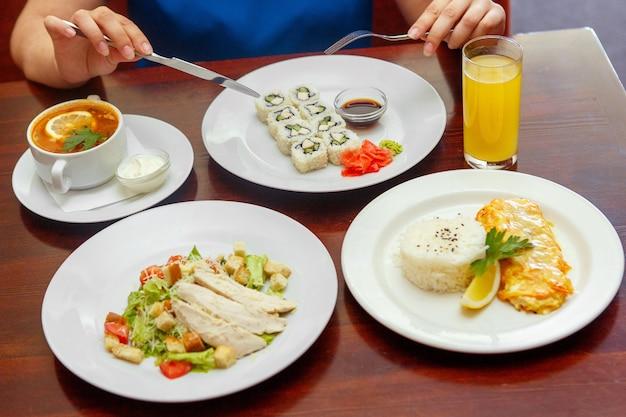 Cena combinada de cuatro platos, ensalada, sopa, caliente