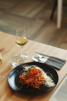 Cena. comida preparada en la mesa.