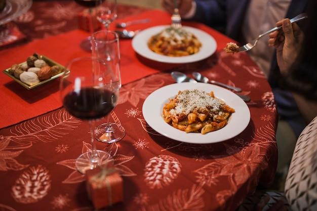 Cena con decoración navideña.