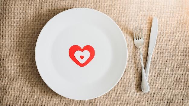 Cena del día de san valentín con mesa