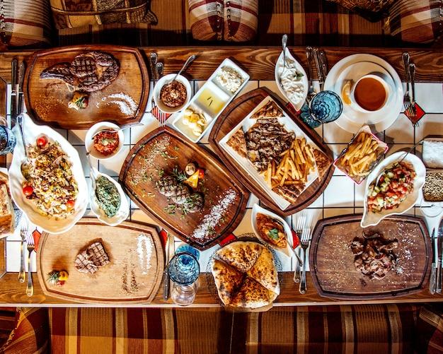 Cena de ensaladas filetes y papas fritas