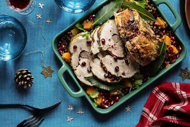 Cena festiva con fotografía de comida de jamón asado de navidad