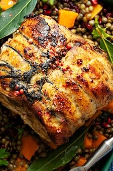 Cena festiva con fotografía de comida de jamón asado
