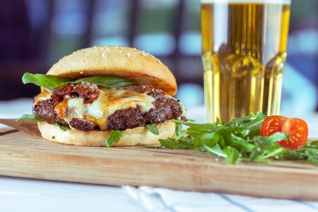Cena con hamburguesa y cerveza.