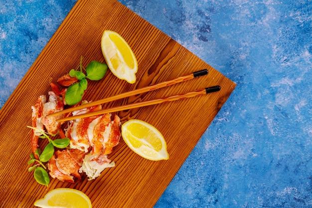 Cena de langosta de carne deliciosa cocinada gourmet en las piezas de langosta servidas en plato
