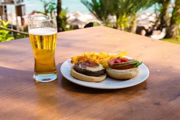 Cena en la mesa junto al mar.
