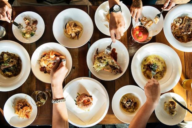 Cena mesa llena de opciones.