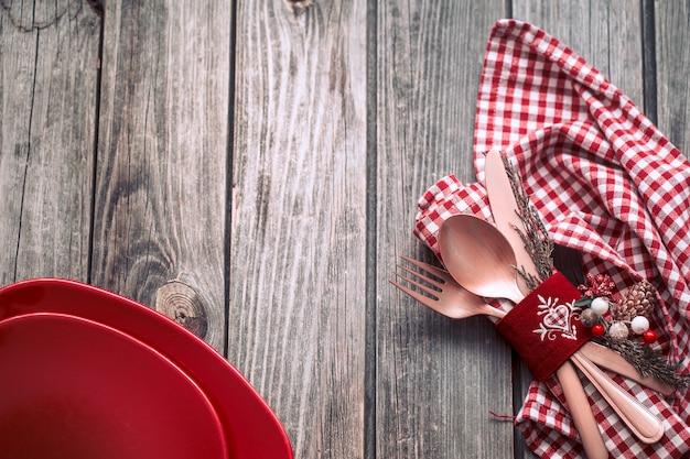Cena de navidad cubiertos con decoración sobre un fondo de madera