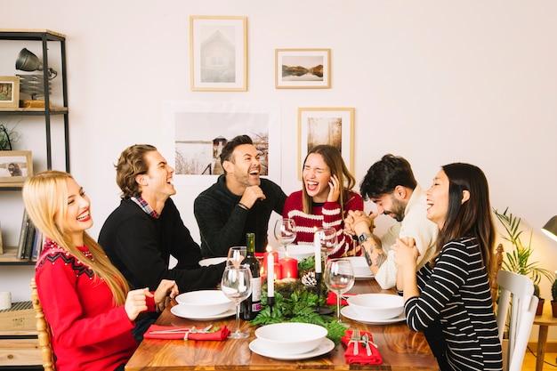 Cena de navidad con grupo de amigos