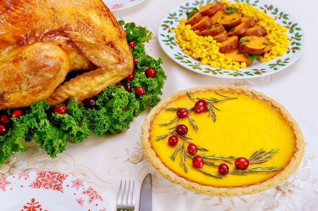 Cena de navidad con pastel de calabaza. pavo asado con guarnición de arándanos y col rizada. fiesta