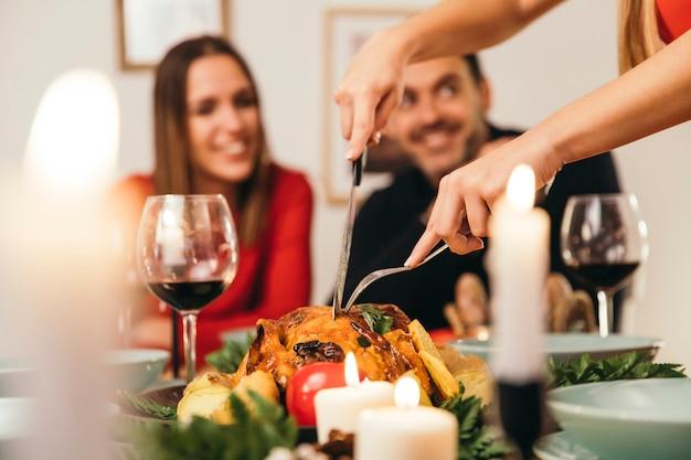 Cena de navidad con pavo y pareja sonriente
