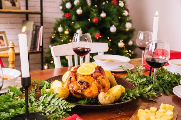 Cena de navidad con pavo y vasos de vino