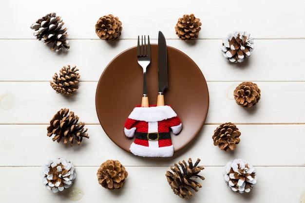 Cena de navidad sobre fondo de madera