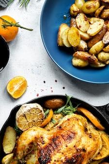 Cena navideña con pollo asado y papas fotografía de alimentos.