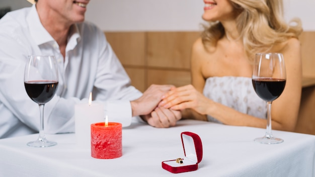 Cena romántica con anillo de compromiso.