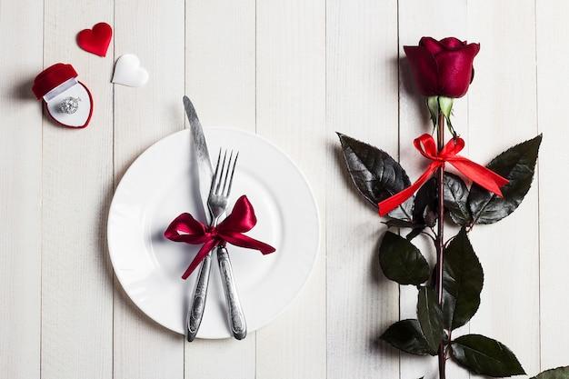 La cena romántica de la mesa del día de san valentín me casará con el anillo de compromiso de boda en una caja