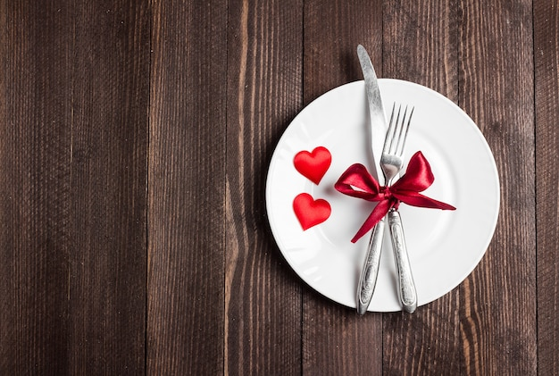 La cena romántica de la mesa del día de san valentín me casó casándome con un cuchillo de tenedor.