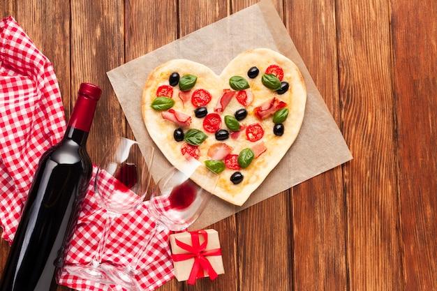 Cena romantica plana puesta con vino.