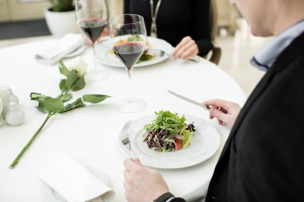 Cena romantica en el restaurante