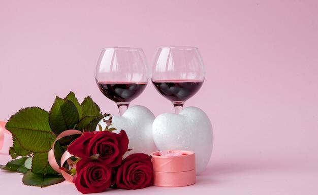 Cena romántica de san valentín con un anillo