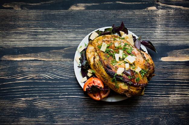 Cena saludable - saludable pechuga de pollo al horno con verduras en un estilo rústico vista superior