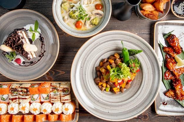 Cena con sopa de sushi carne de pollo frita con papas y pastel