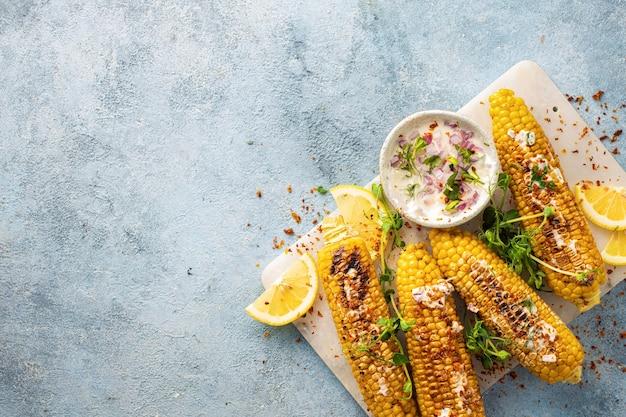 Cena vegana con vista superior de mazorcas de maíz a la parrilla