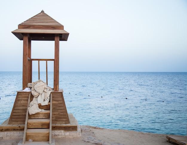 Cenador de madera para socorristas en el océano
