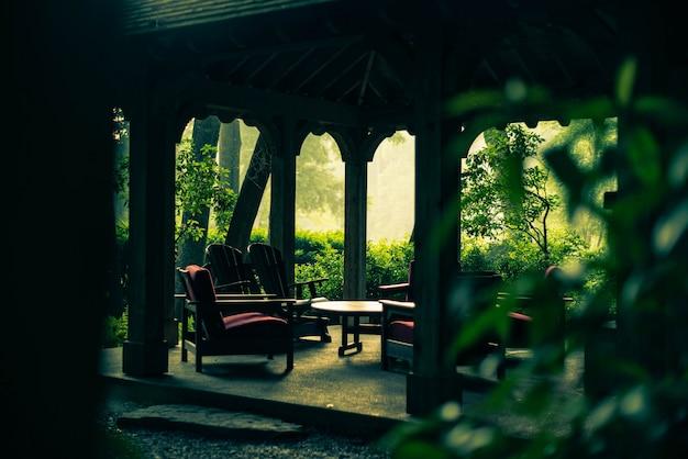 Cenador vacío en el jardín