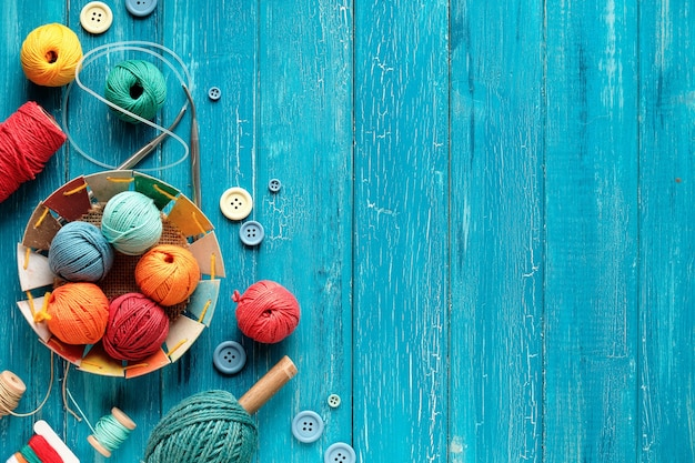 Cenefa decorativa de manojos de lana