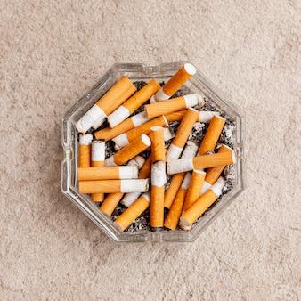 Cenicero con cigarrillos