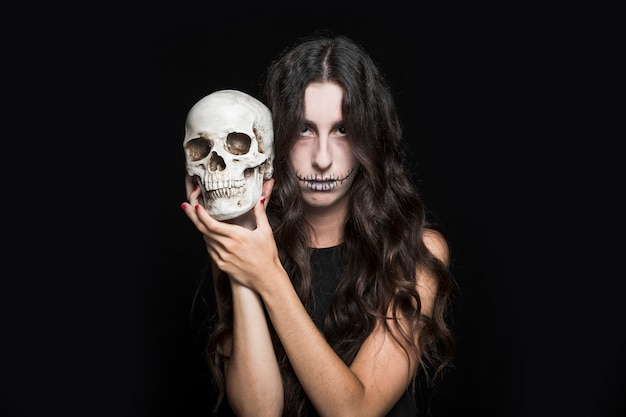Cenicienta mujer sosteniendo el cráneo