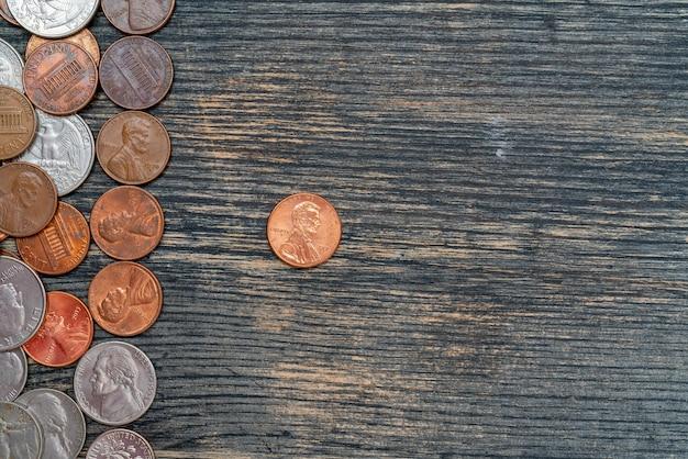Centavos americanos metálicos sobre superficie de madera
