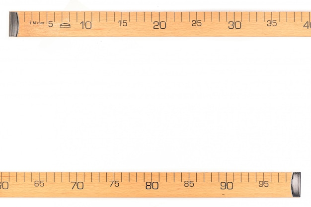 Centímetro de madera aislado en blanco