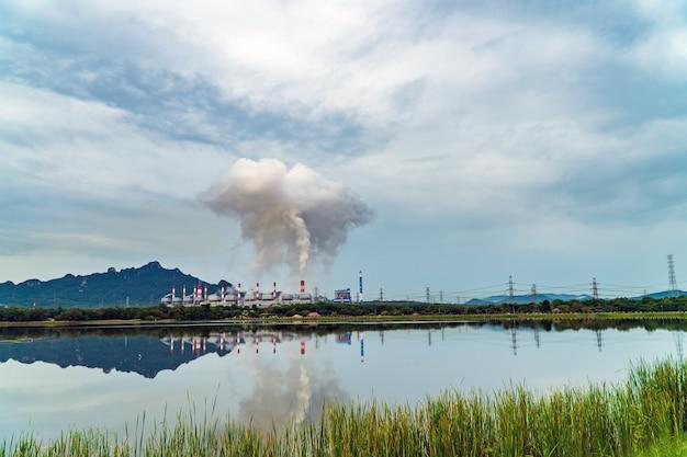 Central eléctrica de carbón mae moh en lampang, tailandia