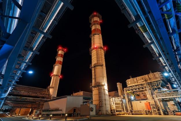 Central eléctrica en la noche producción neta de gas
