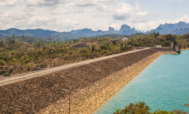 Central hidroeléctrica en cheow lan dam ratchaprapha dam en tailandia