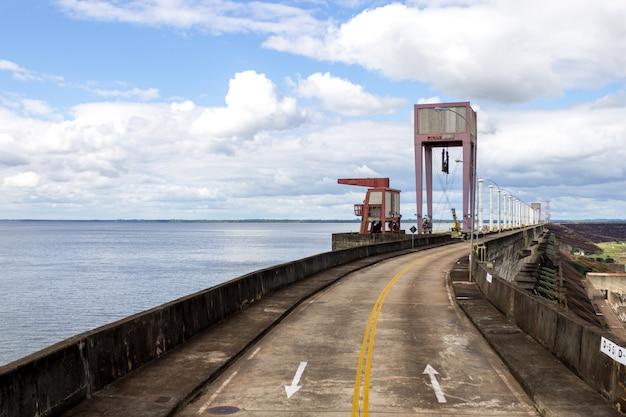 Central hidroeléctrica itaipu binacional en foz do iguazú brasil en la frontera con paraguay