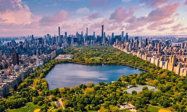 Central park en manhattan, nueva york, un enorme y hermoso parque rodeado de rascacielos con un estanque