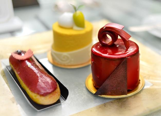 Centrarse en el hermoso pastel rojo