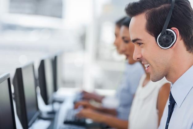 Centrarse en un sonriente agente de call center
