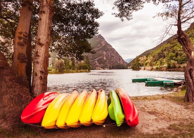 Centro de actividades al aire libre para kayak, piragüismo y paddle surf, longboard