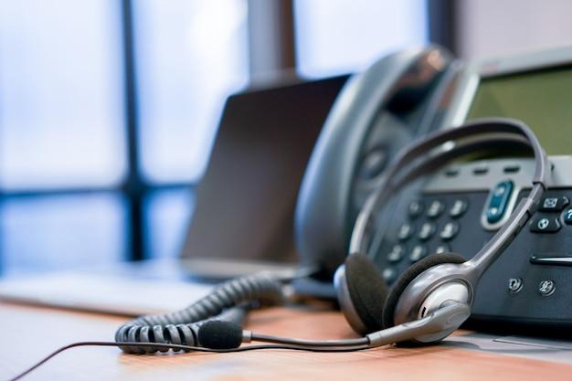 Centro de atención telefónica de auriculares en el concepto de oficina de computadora