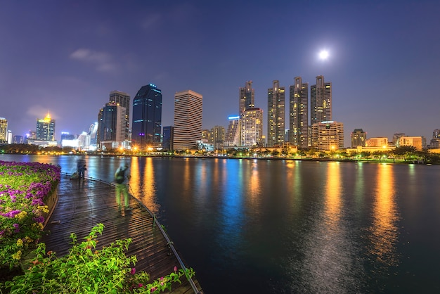 El centro de la ciudad de bangkok en la noche con la reflexión del horizonte, bangkok, tailandia