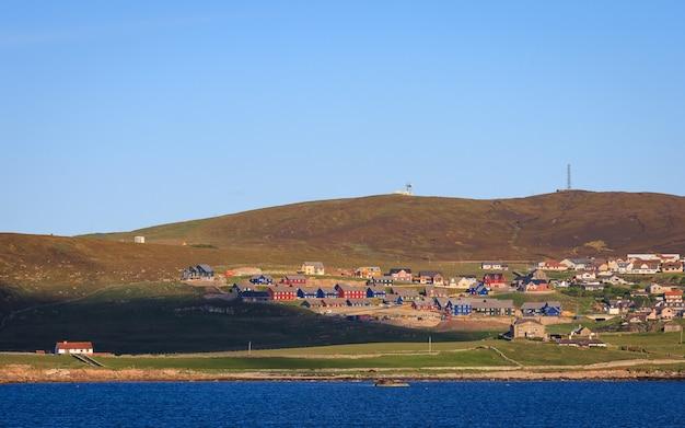 Centro de la ciudad de lerwick bajo cielo azul, lerwick, shetland