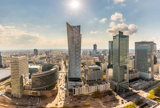Centro de la ciudad de varsovia vista aérea de edificios modernos
